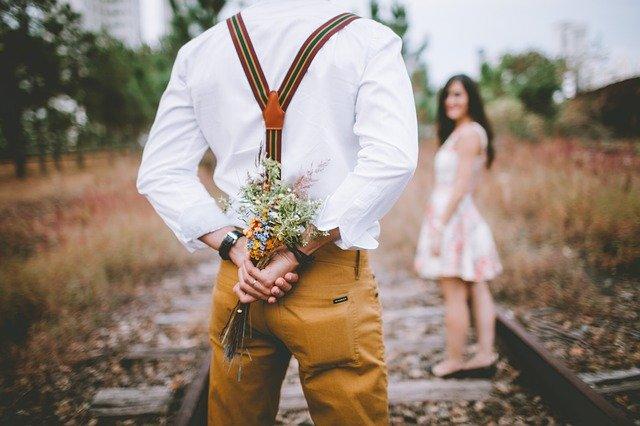 Les principaux signes d'attirance d'un homme pour une femme.