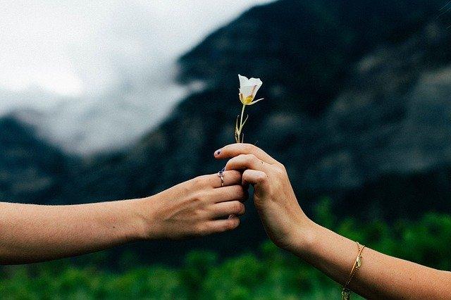 Un homme qui vous offre des fleurs.