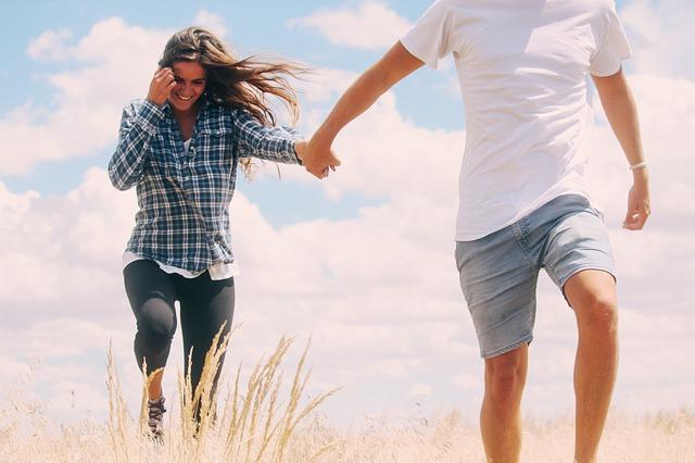 Comment un homme montre ses sentiments à une femme.